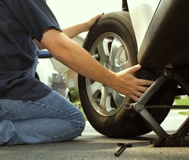Cara Mengganti Ban Mobil Yang Kempes