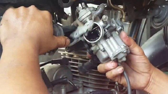 Ilustrasi Melepas Karburator Motor dengan Benar