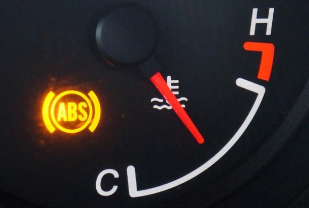 Indikator lampu ABS pada mobil terbaru